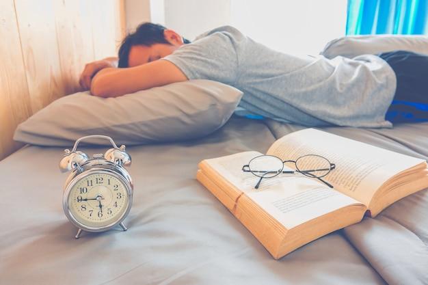 Livre avec un homme de sommeil
