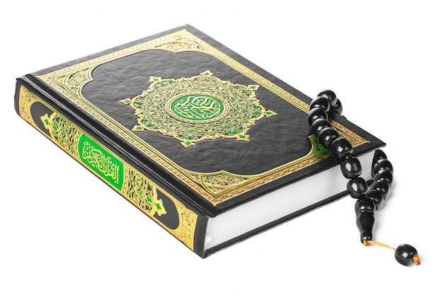 Livre islamique saint coran et perles sur fond blanc