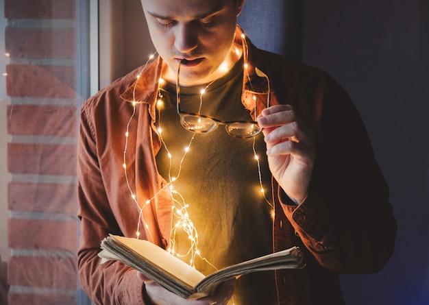 Livre de lecture adulte jeune homme caucasien