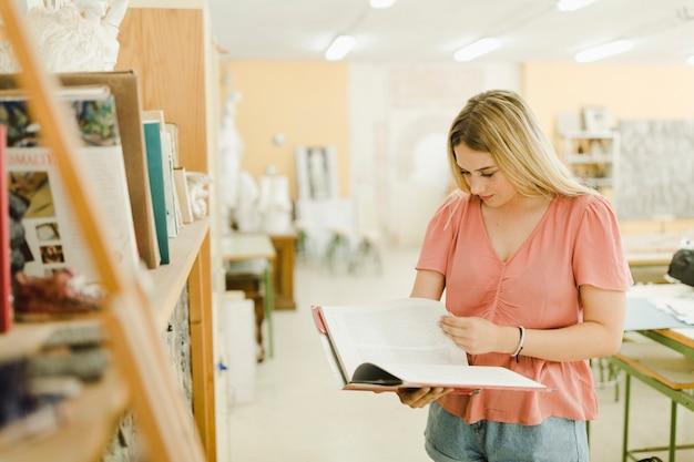 Livre de lecture belle jeune femme en atelier