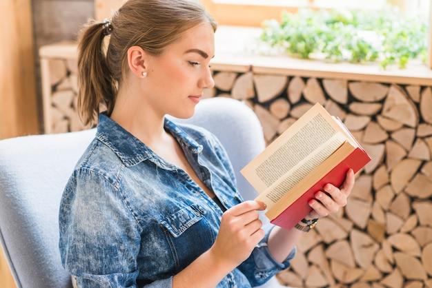 Livre de lecture belle jeune femme au bureau