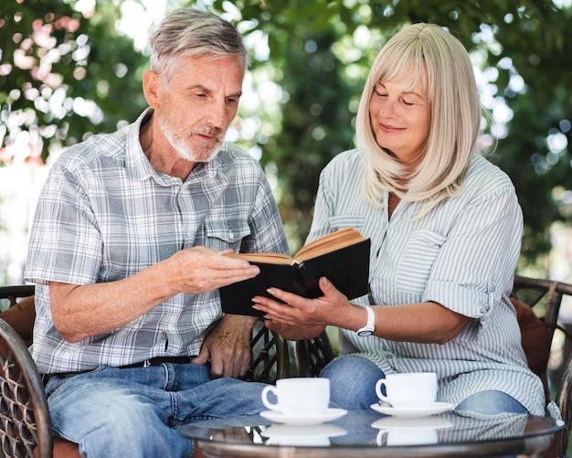 Livre de lecture de couple coup moyen