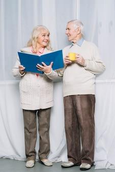 Livre de lecture de couple de personnes âgées