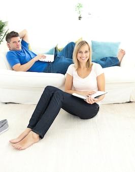 Livre de lecture de couple uni dans le salon