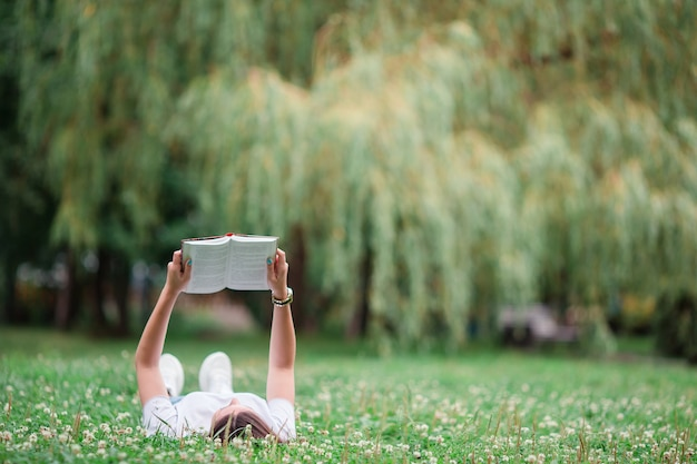 Livre de lecture détendue jeune femme dans le parc