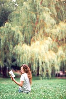 Livre de lecture détendue jeune femme