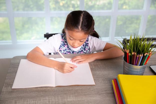 Livre de lecture et d'écriture d'écolière en classe