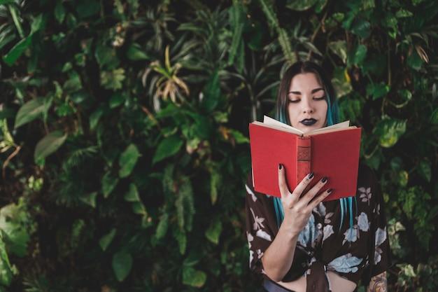 Livre de lecture élégante jeune femme