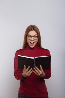 Livre de lecture étudiant féminin excité