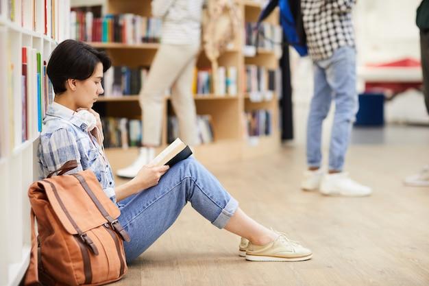 Livre de lecture étudiant réfléchie en magasin