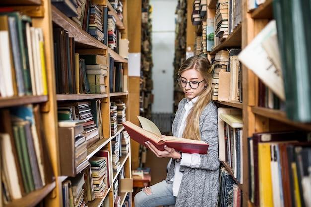 Livre de lecture des étudiants entre les bibliothèques