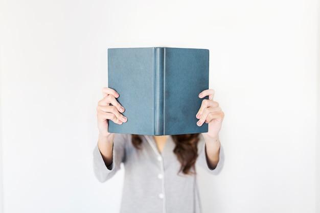 Livre de lecture de femme anonyme