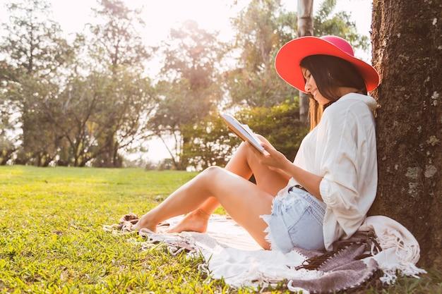 Livre de lecture femme assis dans le jardin