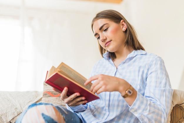 Livre de lecture de femme caucasienne à la maison