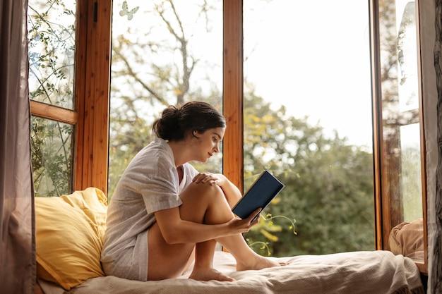Livre de lecture femme plein coup