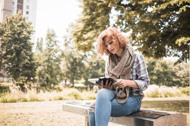 Livre de lecture femme rousse en écharpe