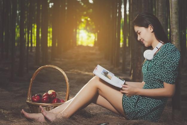 Livre de lecture de femme sexy asie, écouter de la musique pendant le temps libre avec heureux.