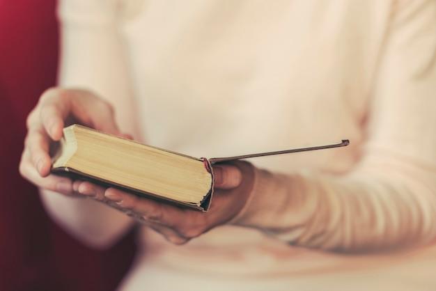Livre de lecture fille, femme tenant un livre ouvert