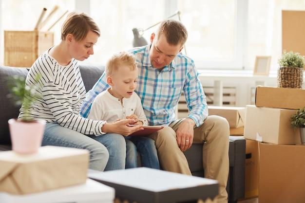 Livre de lecture de fils curieux sur tablette avec les parents