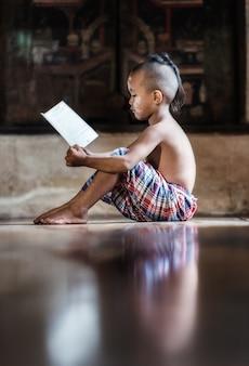 Livre de lecture garçon asiatique