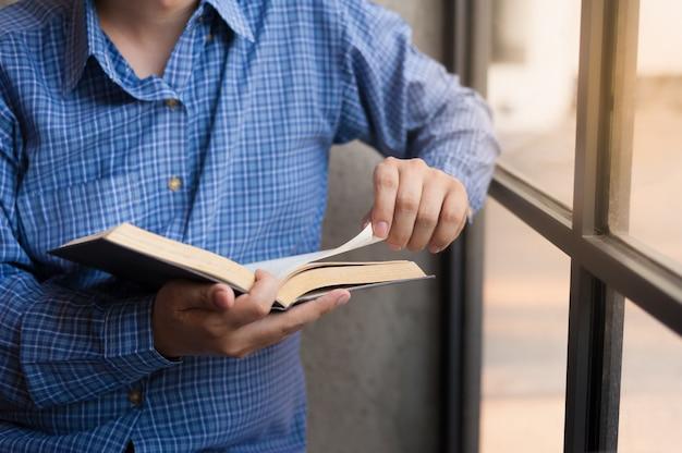 Livre de lecture homme d'affaires au café