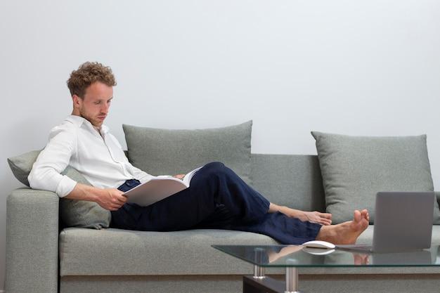 Livre de lecture homme plein coup