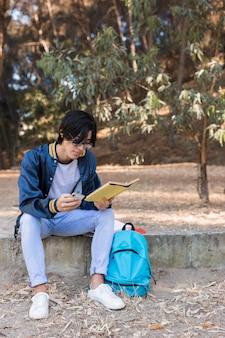 Livre de lecture d'un jeune étudiant asiatique