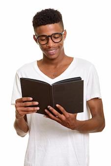 Livre de lecture jeune homme heureux isolé sur blanc