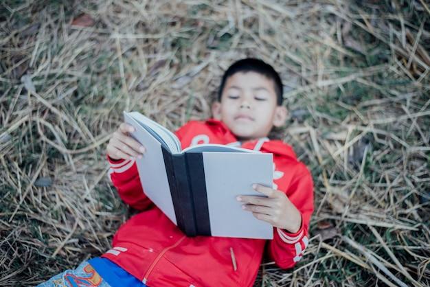 Livre de lecture joyeux petit garçon