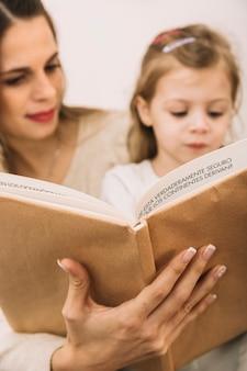 Livre de lecture mère et fille floue