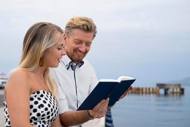 Livre de lecture de personnes de plan moyen