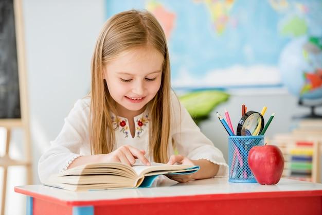 Livre de lecture de petite fille