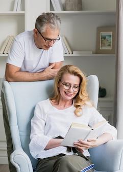 Livre de lecture senior homme et femme