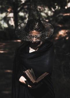 Livre de lecture sorcière en pleine forêt