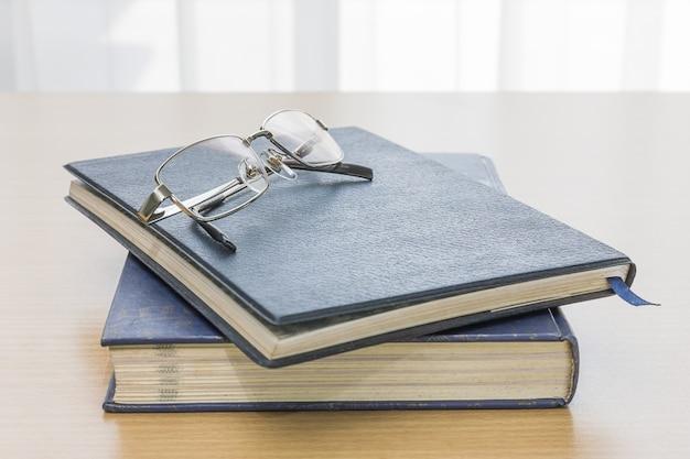 Livre noir avec des lunettes et un stylo