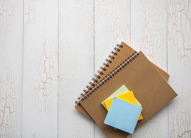 Livre et notes papier
