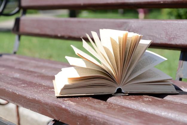 Livre ouvert sur banc