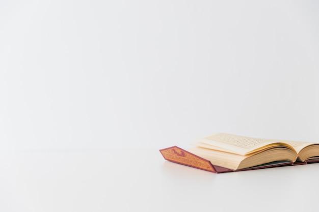 Livre ouvert sur blanc