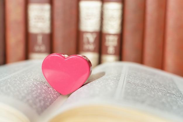 Livre ouvert avec coeur de corail