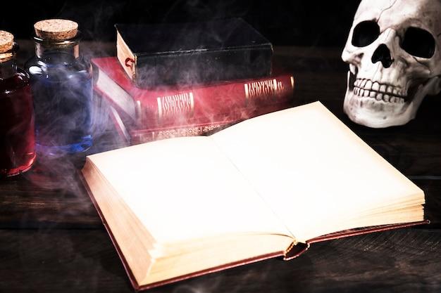 Livre ouvert avec décorations traditionnelles
