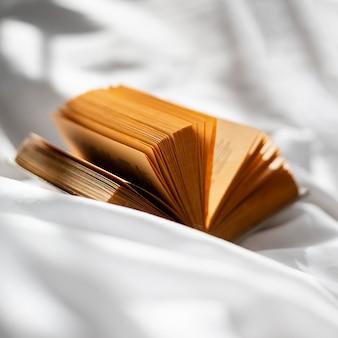 Livre ouvert sur un drap