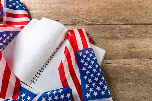 Livre ouvert sur le drapeau américain