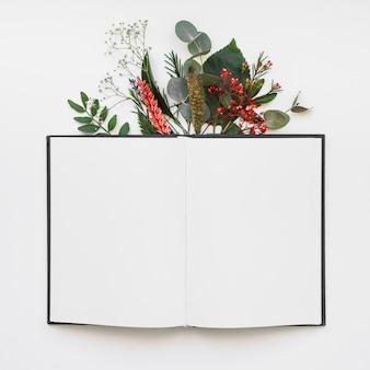 Livre ouvert et feuilles