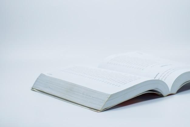 Livre ouvert sur fond blanc