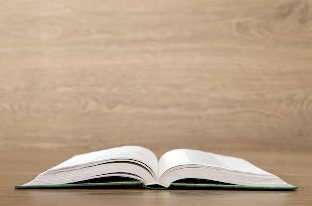Livre ouvert sur fond de bois