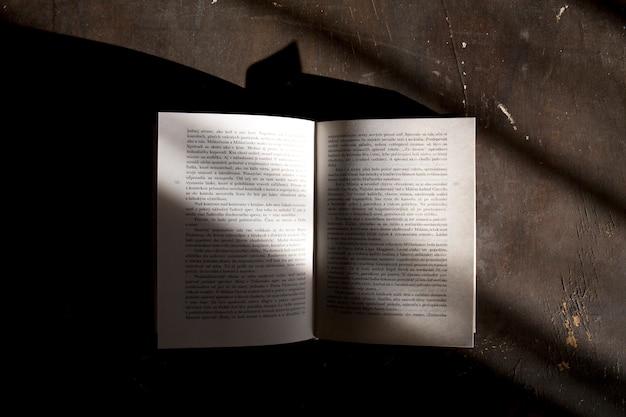 Livre ouvert sur fond sombre