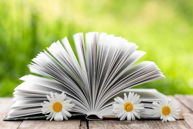 Livre ouvert avec gros plan de fleurs