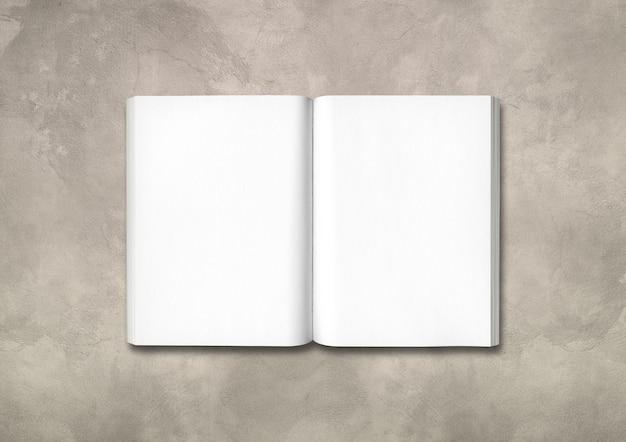Livre ouvert isolé sur fond de béton