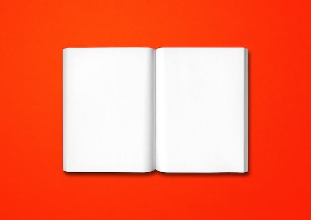 Livre ouvert isolé sur fond rouge