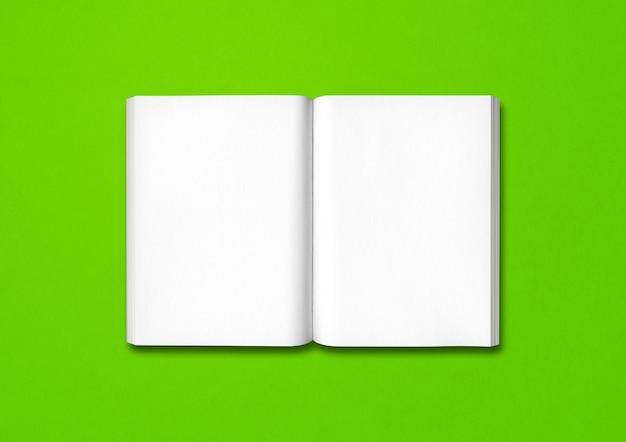 Livre ouvert isolé sur fond vert
